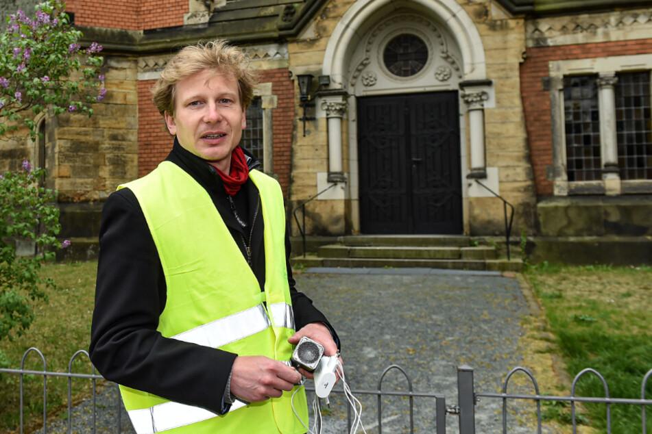 Gemeindepädagoge Stephan Wilczek (39) hat die Wartenden nach und nach in die Kirche gelassen.