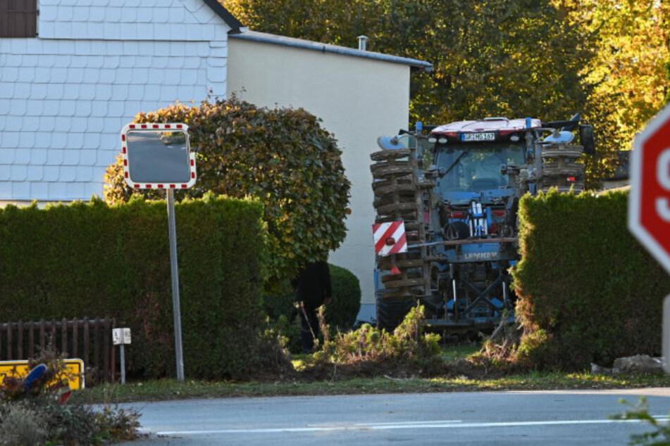Ab durch die Hecke! Traktor landet in der Oberlausitz im Garten