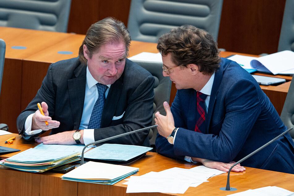 NRW-Finanzminister Lutz Lienenkämper (51, CDU, l) und NRW-Verkehrsminister Hendrik Wüst (45, CDU) unterhalten sich bei einer Sitzung im Landtag im November 2019.