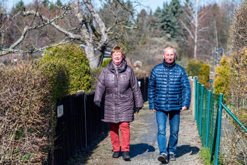 Elke (68) und Bernd Albrecht (79) genießen den Spaziergang zwischen den Parzellen.