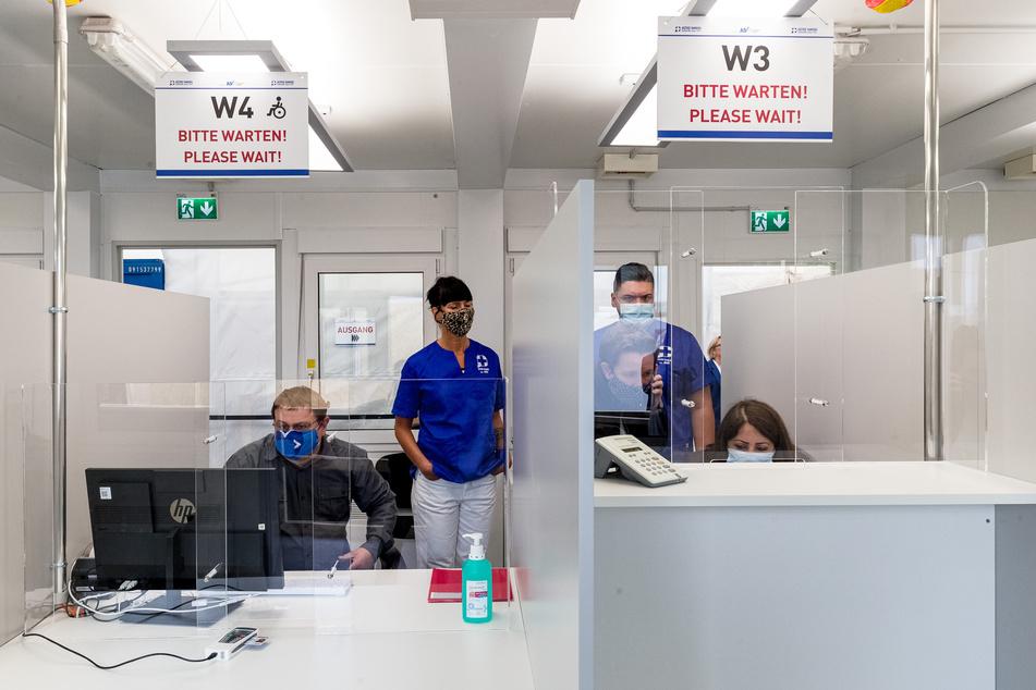 Mitarbeiter warten im neuen Corona-Testzentrum der Kassenärztlichen Vereinigung am Hauptbahnhof auf Reisende, die sich auf das Virus testen lassen wollen. Das neue Zentrum soll bis zu 2000 Testungen pro Tag ermöglichen.