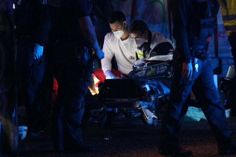 Sanitäter versuchen, den später verstorbenen Jungen zu reanimieren.