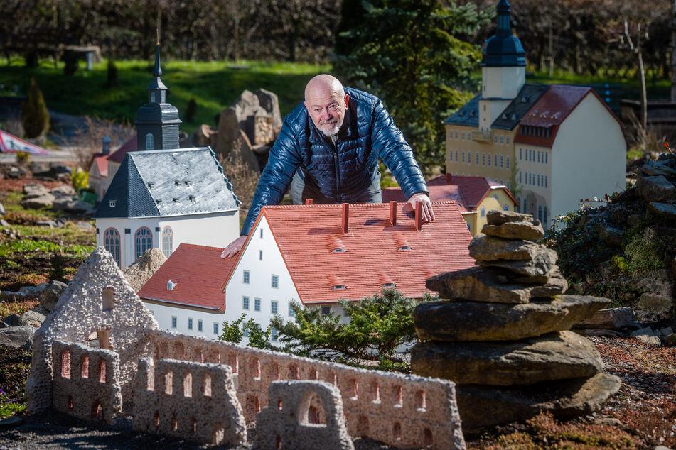 Horst Drichelt, Vereinsvorsitzender des Miniaturparks Klein-Erzgebirge, ist mit Arbeiten am neuen Areal, dem Alten böhmischen Steig, beschäftigt.