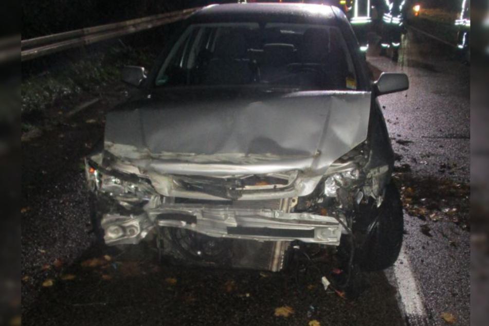 Ein 22-Jähriger ist bei einem Autounfall am Donnerstag in Kerpen schwer verletzt worden. Nach eigenen Angaben wich er einem Wildtier aus, die Polizei fand jedoch keinerlei Spuren am Unfallort.