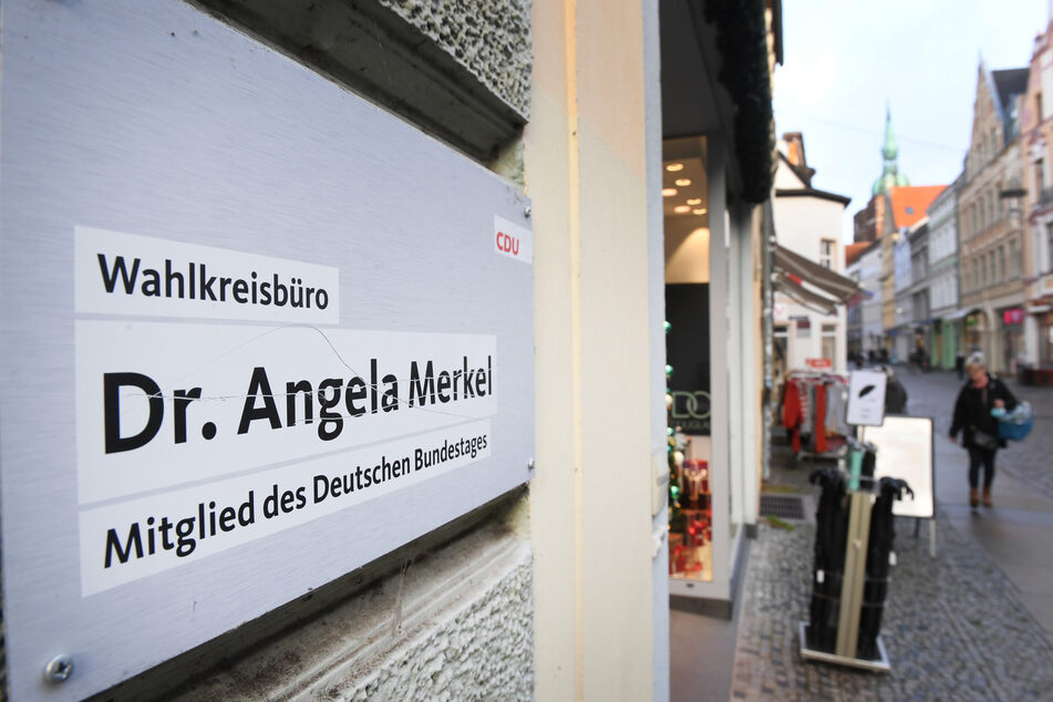 Das Wahlkreisbüro von Angela Merkel (66, CDU) in Stralsund. Hier wurde das verdächtige Päckchen angebracht.
