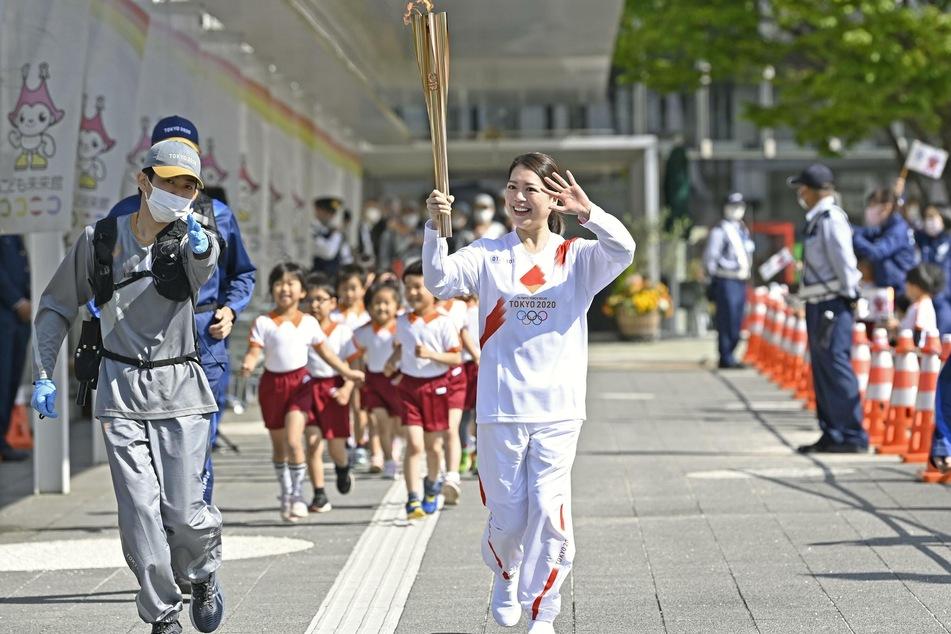 Nordkorea möchte nun doch nicht bei Olympia 2021 teilnehmen. Diese sollen am 23. Juli in Japan starten. Der olympische Fackellauf ist bereits in vollem Gange. (Im Bild: Die ehemalige olympische Eiskunstläuferin Akiko Suzuki in Toyohashi).