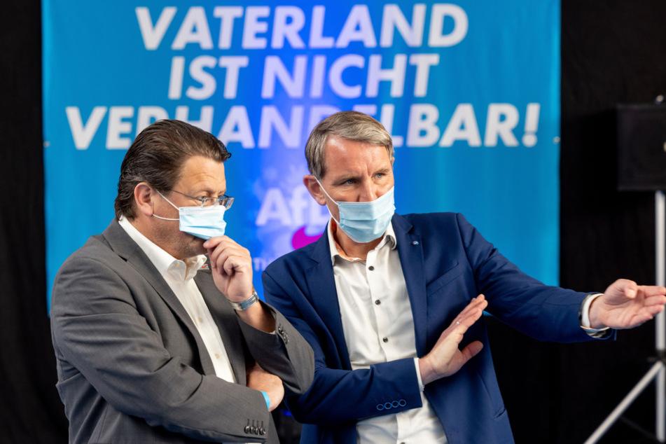 Björn Höcke (49, r.) und Thüringens Bundestagskandidat Stephan Brandner (55) waren am Donnerstag am Anger in Erfurt auf Wahlkampftour. Rund 150 Personen hörten sich an, was die beiden AfD-Politiker zu sagen hatten. (Archivbild)