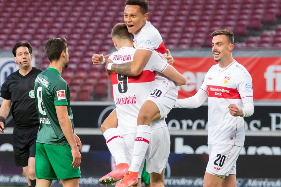 Großer Jubel beim VfB! Stuttgarts Youngster Roberto Massimo (2. v. r.) und Sasa Kalajdzic (3. v. r.) bejubeln den frühen Treffer durch Philipp Förster (r.).