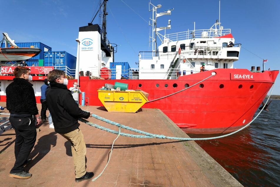 """die """"Sea Eye 4"""" einer Regensburger Hilfsorganisation darf mit m Mittelmeer geretteten Menschen einen Hafen in Sizilien ansteuern."""