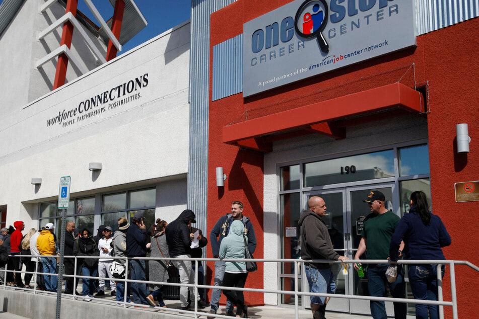 Menschen stehen in einer Schlange vor einem Jobcenter in Las Vegas, um Arbeitslosenhilfe zu beantragen. Die Zahl der Erstanträge auf Arbeitslosenhilfe in den USA bleibt wegen der Corona-Pandemie auf historisch hohem Niveau.