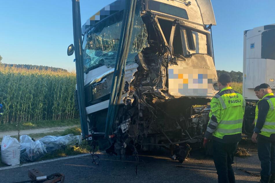 Ersthelfer konnten den schwer verletzten Lastwagenfahrer aus seinem Führerhaus befreien und versorgen.