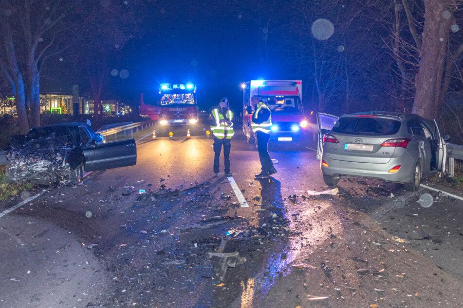Trümmerfeld: Auto kracht in Gegenverkehr, zwei Menschen verletzt!