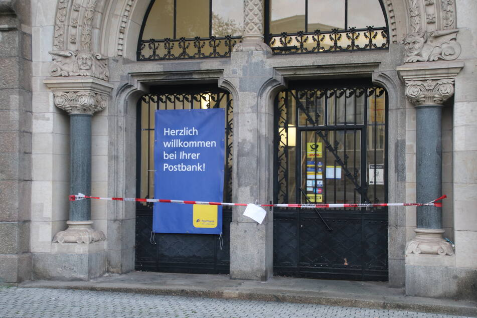 In dieser Postbank-Filiale in der Innenstadt von Halle haben offenbar zwei Täter einen Geldautomaten zur Explosion gebracht.