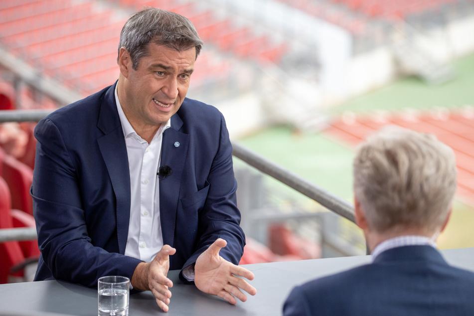Markus Söder (54, CSU, l), Bayerns Ministerpräsident, und Theo Koll, Leiter des ZDF-Hauptstadtstudios Berlin, sitzen beim ZDF-Sommerinterview im Max-Morlock-Stadion in Nürnberg.