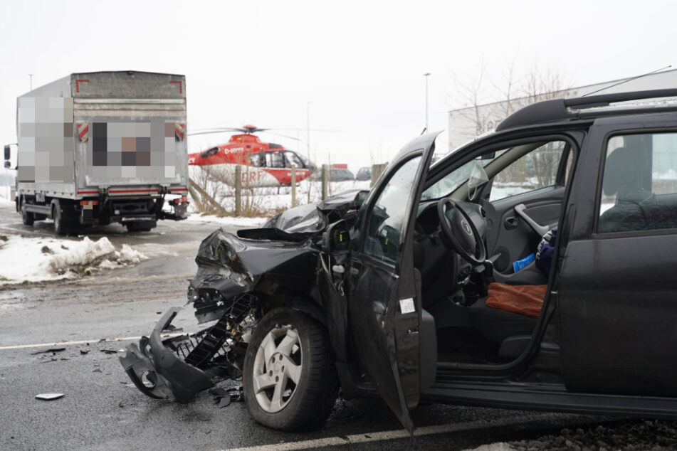 Dacia rast in Lkw: Fahrer offenbar schwer verletzt