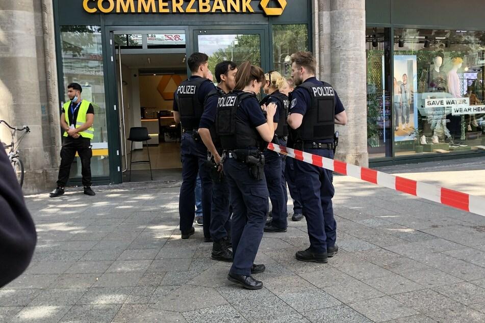 Der Täter bedrohte Angestellte jeweils mit einem Messer.