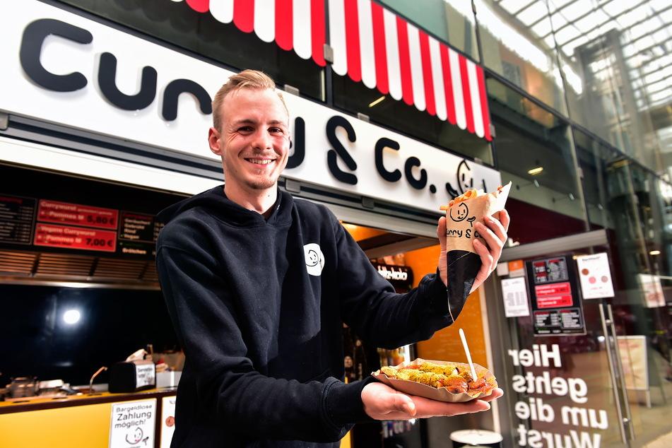 """Das könnte einen großen Andrang geben: """"Curry & Co."""" aus der Passage Am Rathaus gibt am Donnerstag ganztägig Gratis-Currywurst aus. Nico Tzschupke (24) ist überzeugt: """"Das schmeckt!"""""""
