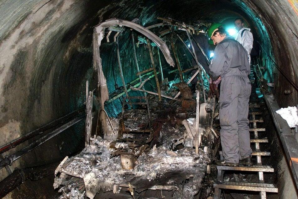 16. November 2000: Bergungsarbeiter untersuchen die verbrannten Überreste der Gletscherbahn.