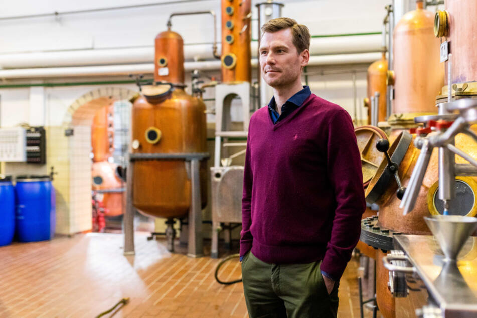 Philipp Schladerer steht in seiner Brennerei.
