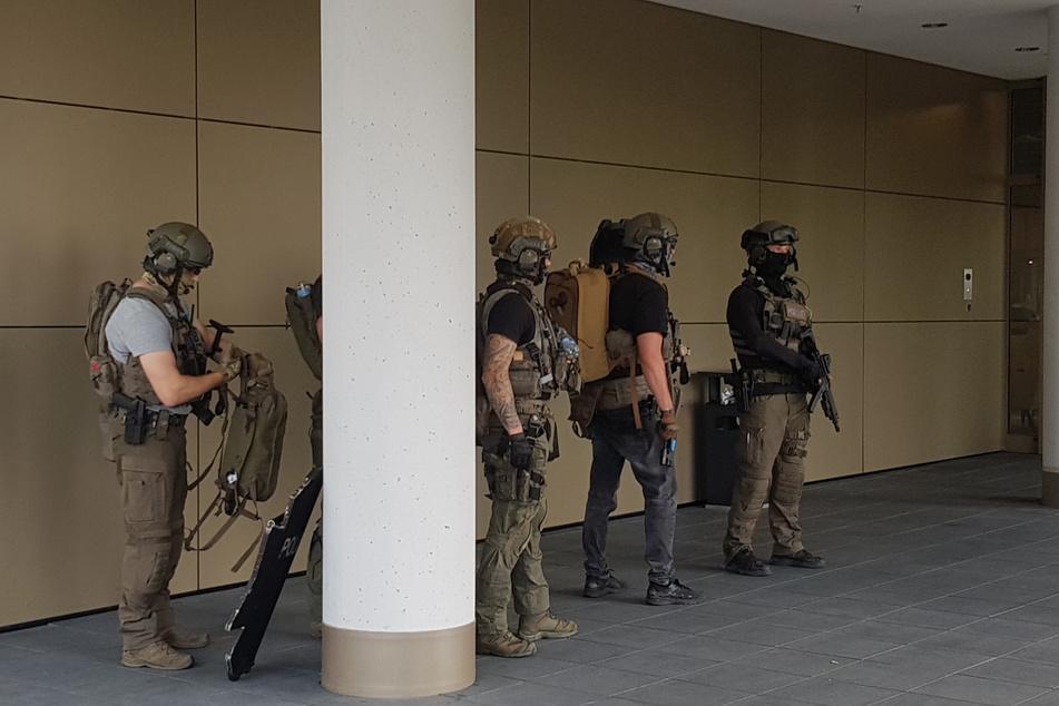 Einsatzkräfte der Polizei sind im Einsatz bei einem Düsseldorfer Hotel.