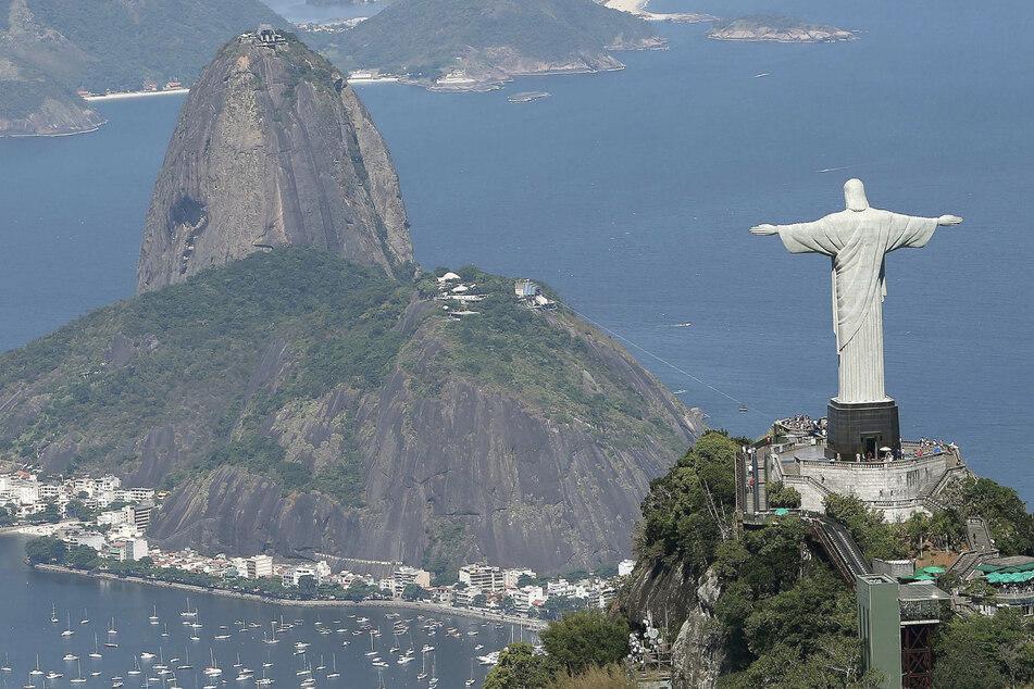 Rio De Janeiro: Blick auf den Zuckerhut und die Christus-Statue (Cristo Redentor) auf dem Corcovado-Berg.