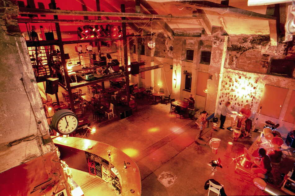 """Hier hatte die Chemnitzer Kultur-Szene ihre Bühne(n): der große Veranstaltungsraum des """"VOXXX"""", 1993."""