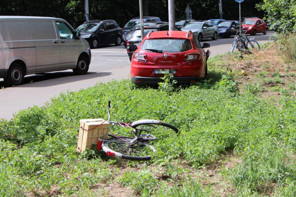 Auto kommt von Straße ab: Zwei Radler in Leipzig verletzt