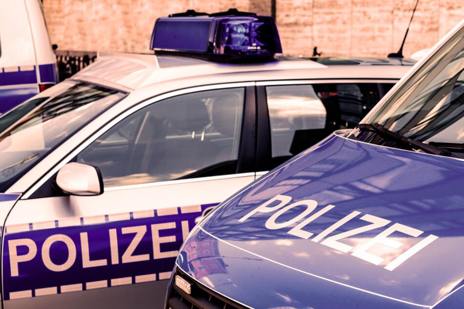Mehrere Polizisten waren am Ende nötig, um den renitenten, nackten Mann abtransportieren zu können. (Symbolbild)