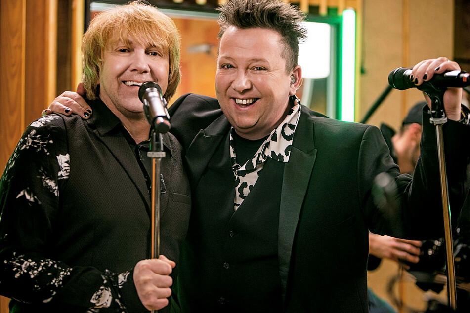 """Tobias Künzel (57, l.) und Sebastian Krumbiegel (54) feiern mit ihren Bandkollegen den 30. Geburtstag der """"Prinzen""""."""
