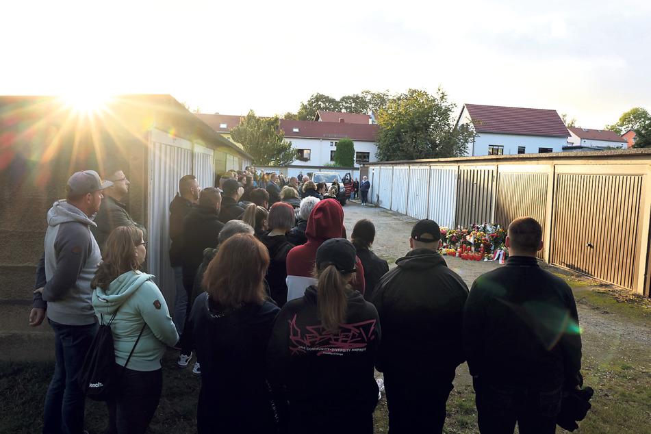 In der Abenddämmerung versammelten sich Dutzende Trauernde, darunter auch Wiktorias Familie, für eine Mahnwache am Tatort.