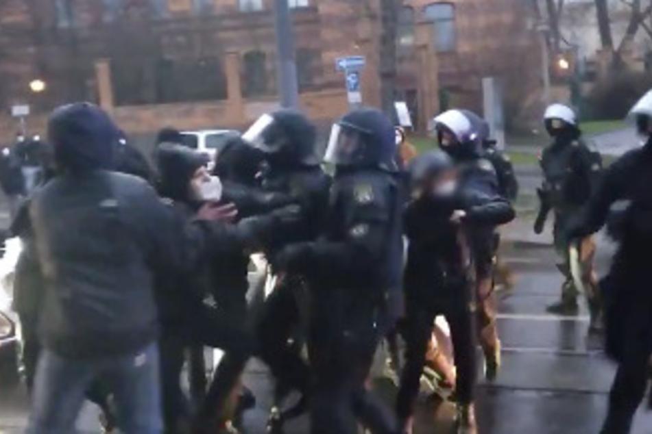 Am Samstag boxte ein Polizist in Halle einem Demonstranten ins Gesicht. Nun wird gegen die Beamten ermittelt.