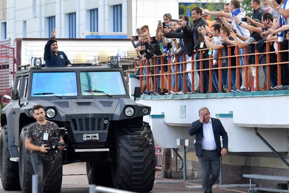 """16. Juli 2018: Der Präsident gibt sich die Ehre! Diego Maradona am 16. Juli 2018 bei einem Heimspiel des FK Dinamo Brest. Aus einem Panzerwagen winkt er den begeisterten Fans zu. Es war Maradonas einziger Besuch bei """"seinem"""" Verein."""
