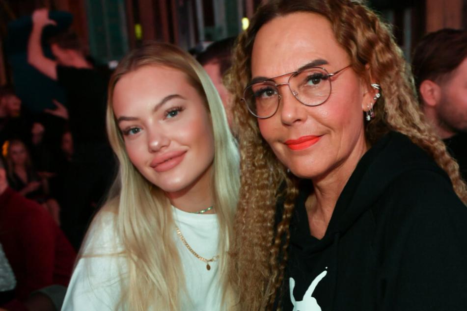 Natascha Ochsenknecht (56, r.) und ihre Tochter Cheyenne Ochsenknecht (20) hier bei dem Pearl Fashion Aperitif im THE REED.