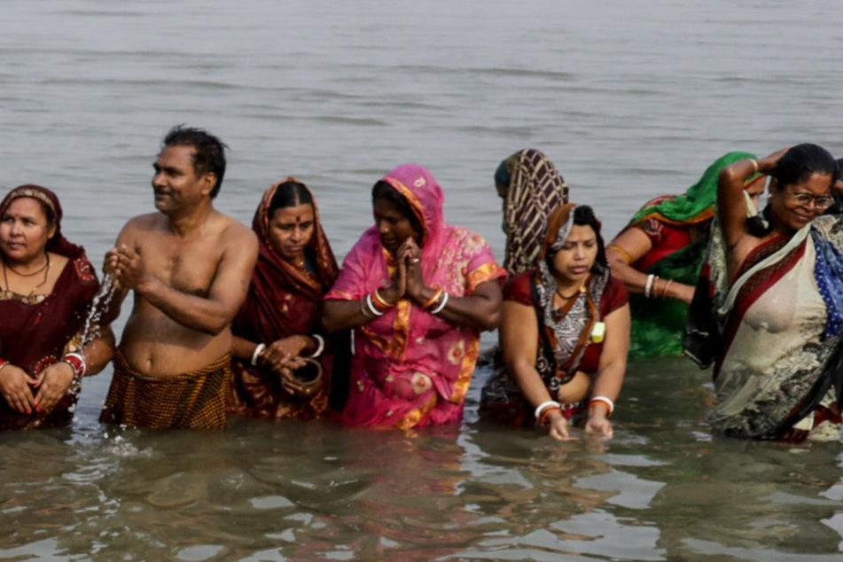 Badespaß in Corona-Hochburg Indien: Tausende gehen ins Wasser!