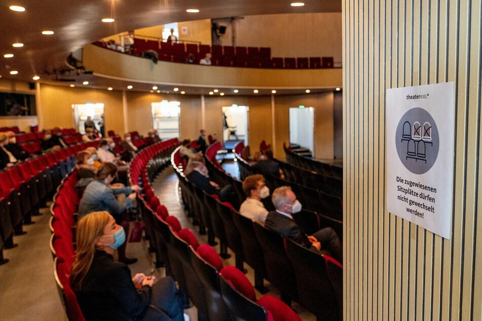 Im Theater dürfen in Schleswig-Holstein jetzt bis zu 500 Menschen Platz nehmen.