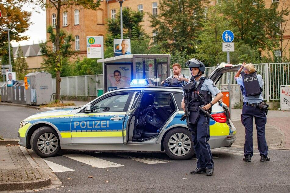 Radfahrer wird durch Schuss verletzt: Polizei sichert Ort mit Großaufgebot