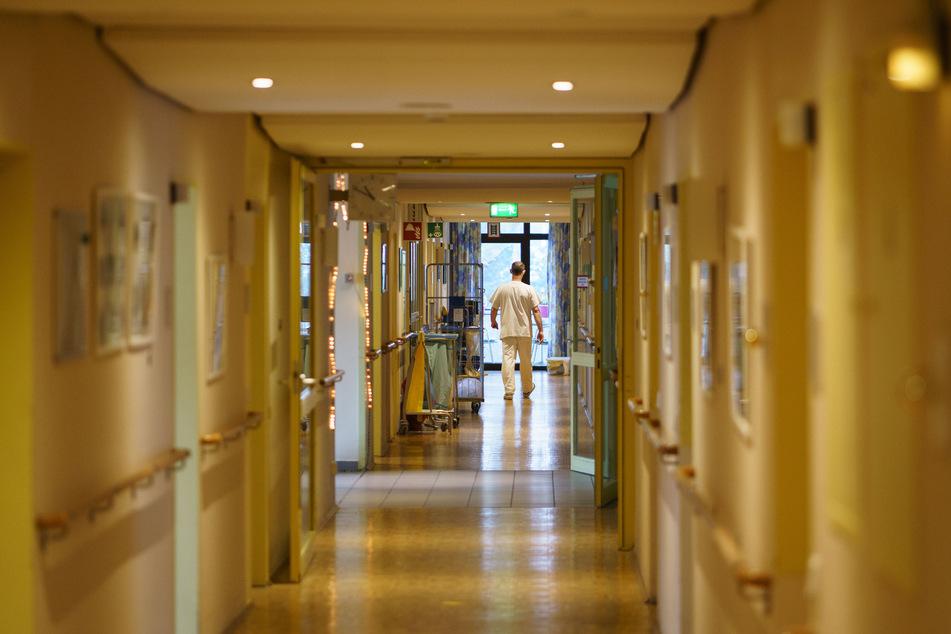 NRW-Gesundheitsminister Laumann (CDU) setzt darauf, dass eine Immunisierung in den Altenheimen gegen das Coronavirus bis Ende Februar weitestgehend abgeschlossen sein wird.