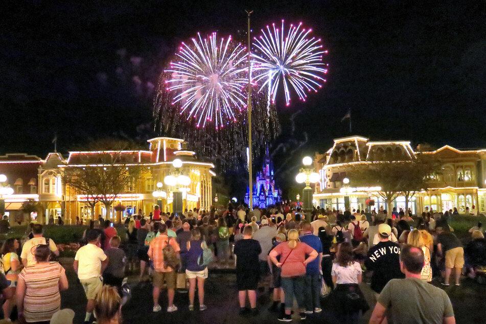 Gäste versammeln sich im Magic Kingdom des Walt Disney World Freizeitparks, um sich vor der Schließung des Parks ein Feuerwerk anzusehen. Auf dem Gelände sind auch alle 26 Mannschaften der MLS untergebracht.
