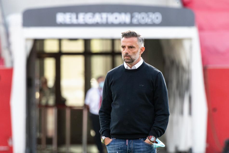 Trainer Tomas Oral von Ingolstadt steht vor einem Spielbeginn auf dem Spielfeld.
