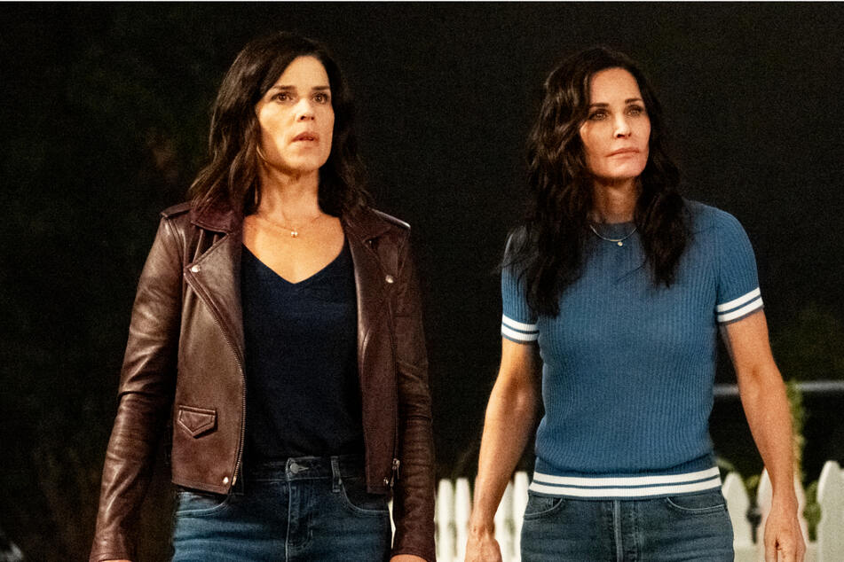 Sidney Prescott (Neve Campbell, 48, l.) und Gale Weathers (Courtney Cox, 57) sind auch wieder mit dabei.
