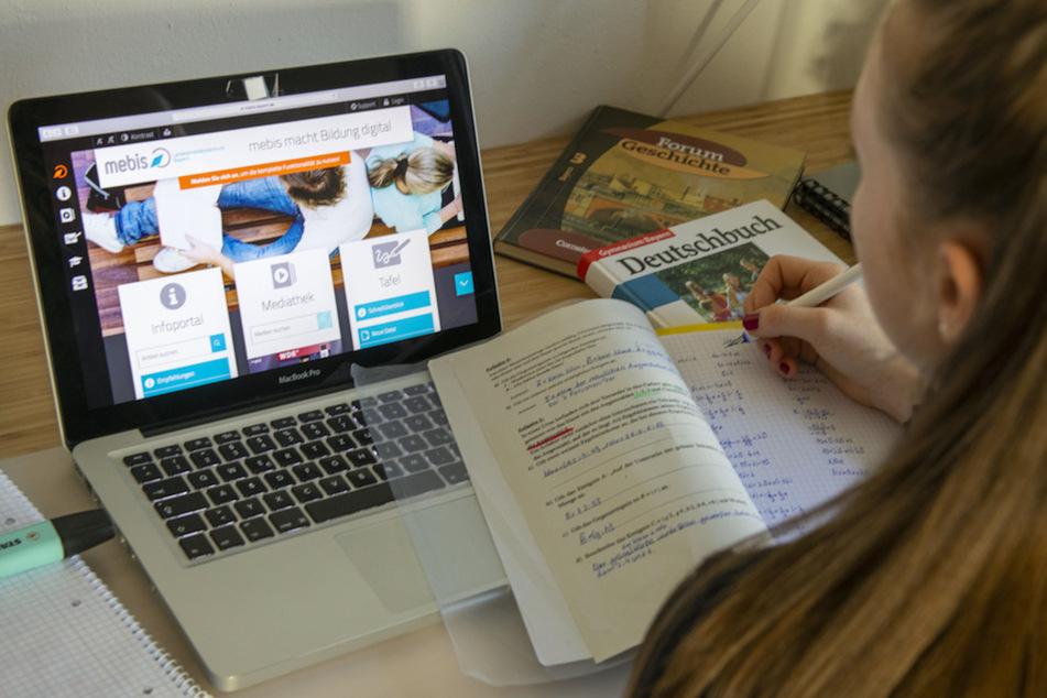 """Eine Schülerin hat auf einem Laptop die Lernplattform """"mebis"""" für bayerische Schulen geöffnet."""