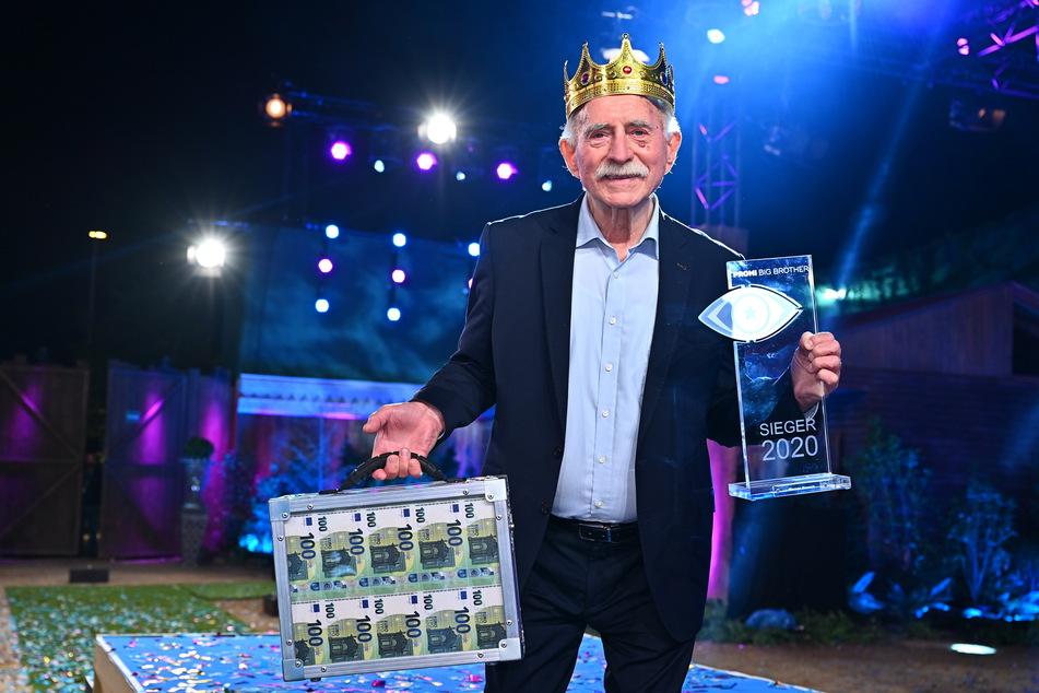 Neben dem Siegerpokal gab es für den ehemaligen Fußball-Kommentator ein Preisgeld in Höhe von 100.000 Euro.