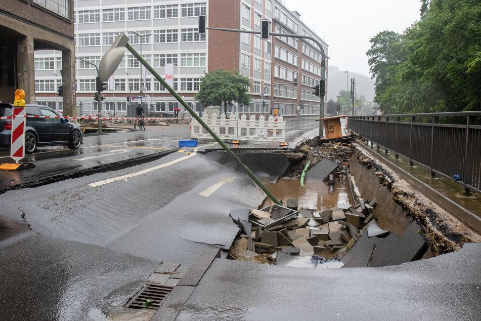 In Stolberg ist eine Straße wegen Unterspülung eingebrochen.
