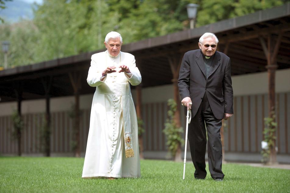 Der damals noch amtierende Benedikt XVI. (l.) bei einem Spaziergang mit seinem Bruder Georg im Jahre 2008. (Archivbild)