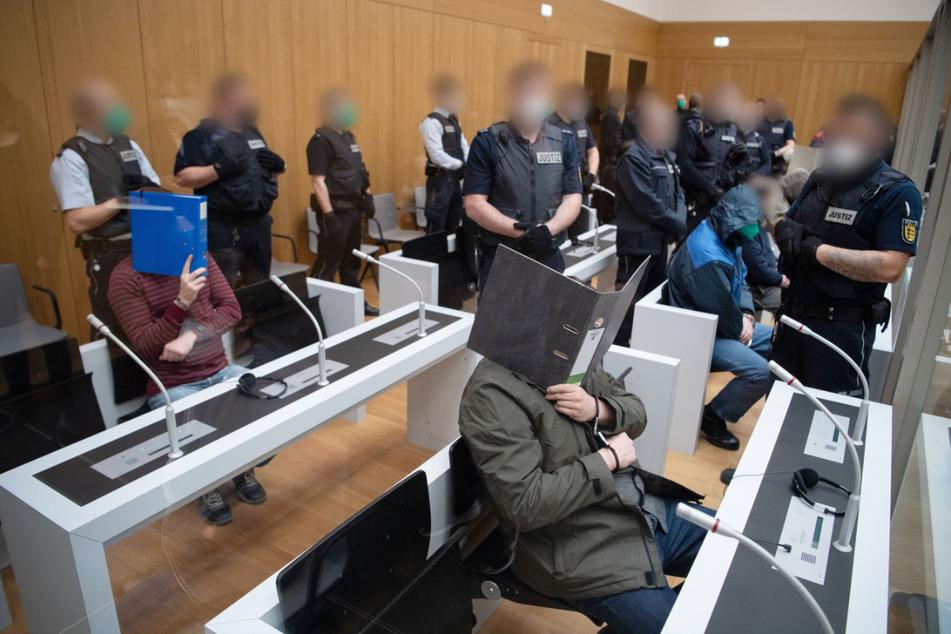 Stuttgart, 13. April: Einige der Angeklagten vor Beginn des Prozesses.