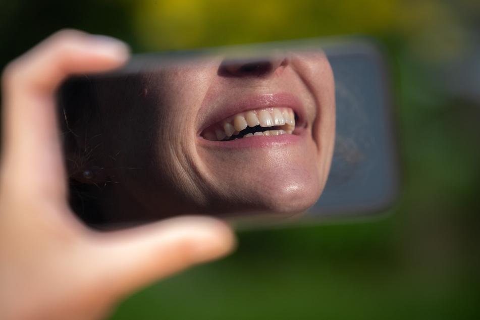 """Größere Augen, glattere Wangen oder ein """"hübscheres"""" Lächeln? Mit Fotofiltern ist das in sozialen Medien kein Problem. (Symbolbild)"""