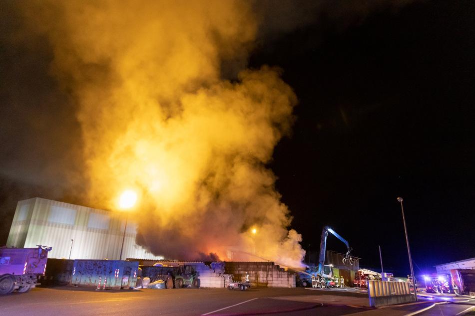 Ein Gebäude des Entsorgungshofs steht in Flammen.