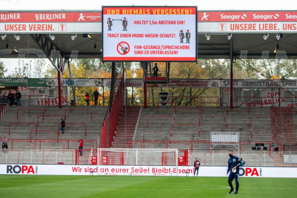 Die Fans werden im Stadion An der Alten Försterei auf die geltenden Hygieneregeln aufmerksam gemacht. Die 4300 Zuschauer durften weder singen noch mit Sprechchören anfeuern.