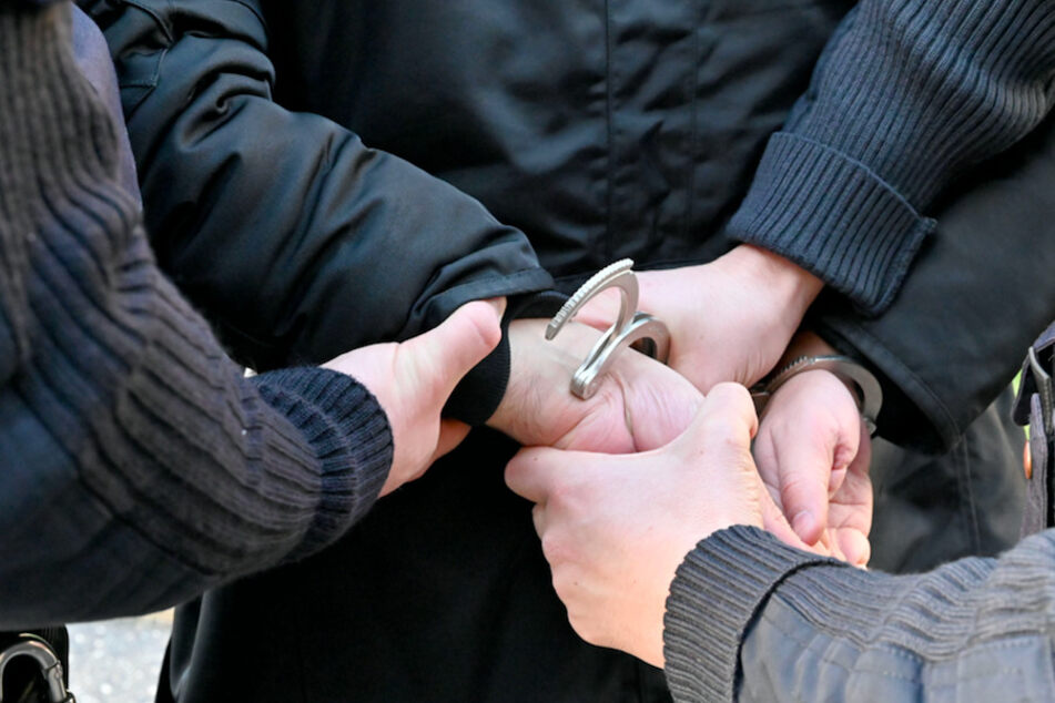 Nach den Durchsuchungen wurden in Niederbayern zwo Männer und eine Frau festgenommen. (Symbolbild)