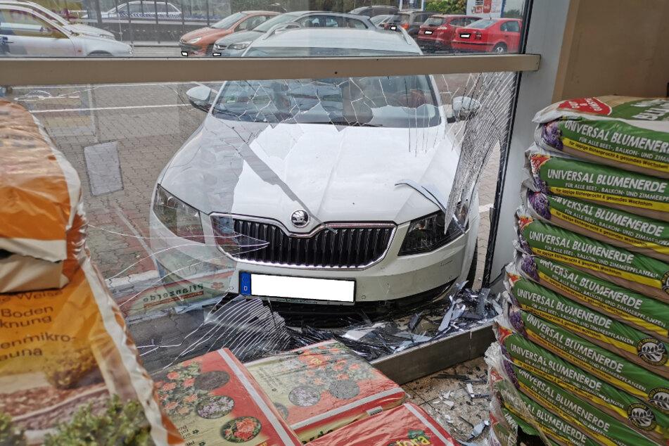 Der Skoda rollte ohne Fahrer frontal in die Schaufensterscheibe des Supermarktes.